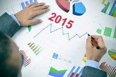 Uomo d'affari osservando un grafico con una tendenza al rialzo durante il 2015 Immagine Stock Libera da Diritti