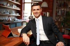 Uomo d'affari in panni convenzionali che beve caffè immagine stock libera da diritti