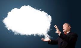 Uomo d'affari pazzesco che presenta lo spazio della copia della nube Immagine Stock