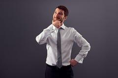 Uomo d'affari che guarda su e che sorride Fotografia Stock