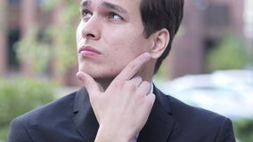 Uomo d'affari pensieroso di pensiero Portrait archivi video