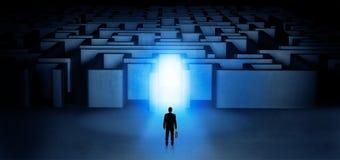 Uomo d'affari perso che sta all'entrata illuminata del labirinto Fotografia Stock Libera da Diritti