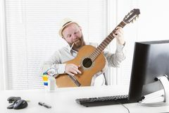Uomo d'affari Play Guitar, bevanda e fumo Fotografia Stock Libera da Diritti