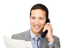 Uomo d'affari positivo sul telefono che tiene un giornale Fotografia Stock Libera da Diritti