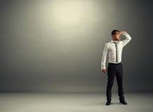 Uomo d'affari premuroso che guarda in avanti Immagine Stock Libera da Diritti