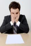 Uomo d'affari preoccupato con carta in bianco Immagini Stock