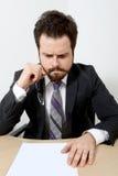 Uomo d'affari preoccupato con carta in bianco Fotografie Stock
