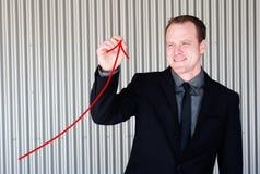 Uomo d'affari professionale che dissipa una curva di accrescimento Fotografia Stock Libera da Diritti