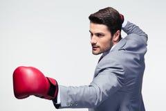 Uomo d'affari pronto a combattere con i guantoni da pugile Fotografia Stock