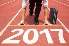 Uomo d'affari pronto a funzionare e un concetto di 2017 nuovi anni Fotografie Stock