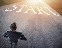 Uomo d'affari pronto a seguire un nuovo modo concetto dell'inizio una nuova carriera immagini stock libere da diritti