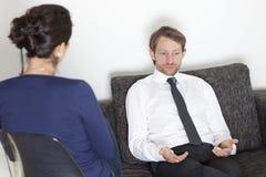 Uomo d'affari a psicanalisi immagini stock