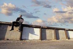 Uomo d'affari punk su una parete Immagine Stock Libera da Diritti