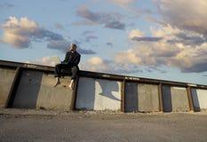 Uomo d'affari punk su una parete Immagini Stock Libere da Diritti