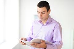 Uomo d'affari Reading Documents Fotografia Stock