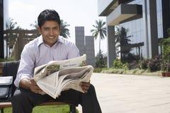 Uomo d'affari Reading Newspaper Outdoors Immagine Stock Libera da Diritti