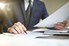 Uomo d'affari Reviewing Paperwork Closeup fotografia stock