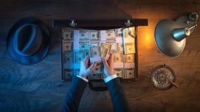 Uomo d'affari ricco con i pacchetti del dollaro Fotografie Stock