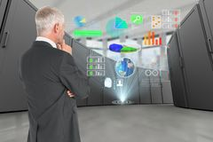 Uomo d'affari riflettente nel centro dati con le icone digitali Fotografie Stock Libere da Diritti