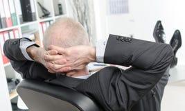 Uomo d'affari rilassato durante una pausa fotografia stock libera da diritti