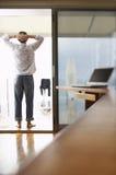 Uomo d'affari rilassato Standing On Balcony fotografia stock libera da diritti