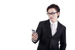 Uomo d'affari scosso che legge un messaggio Fotografia Stock Libera da Diritti