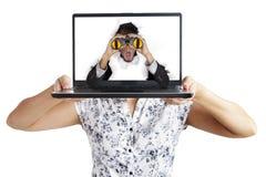 Uomo d'affari scosso dal computer portatile Fotografia Stock