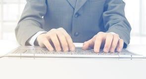 uomo d'affari, scrivente sul suo computer portatile Fotografie Stock