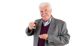 Uomo d'affari senior Holding un vetro di tè turco Immagine Stock