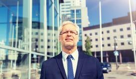 Uomo d'affari senior sulla via della citt? fotografia stock