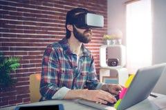 Uomo d'affari serio che indossa i vetri del video 3D Fotografia Stock