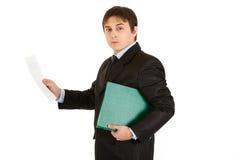 Uomo d'affari serio con il documento d'esplorazione del dispositivo di piegatura Fotografie Stock