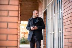 Uomo d'affari serio con il telefono cellulare fotografie stock libere da diritti