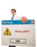 Uomo d'affari serio con l'allarme del virus di calcolatore immagine stock