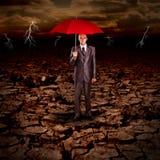 Uomo d'affari serio con l'ombrello rosso Fotografia Stock Libera da Diritti