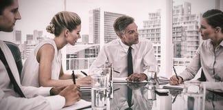 Uomo d'affari serio nel corso di una riunione che parla con suoi impiegati immagini stock libere da diritti