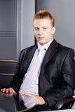Uomo d'affari serio in ufficio Fotografie Stock Libere da Diritti