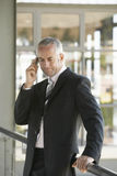 Uomo d'affari serio Using Cell Phone Immagini Stock Libere da Diritti