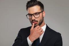 Uomo d'affari sexy che flirta con il pollice sulle labbra fotografie stock libere da diritti