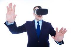 Uomo d'affari sicuro astuto che preme le mani allo schermo sensoriale Fotografie Stock Libere da Diritti