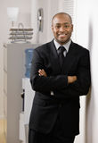 Uomo d'affari sicuro con le braccia attraversate Fotografie Stock Libere da Diritti