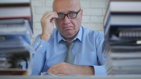 Uomo d'affari sicuro With Eyeglasses Working nella stanza dell'archivio di contabilità immagine stock libera da diritti
