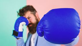 Uomo d'affari sicuro nelle sue abilit? Strategia aziendale Uomo d'affari in vestito convenzionale pronto ad attaccare o difendere fotografia stock