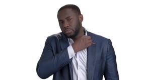 Uomo d'affari sicuro nero che controlla il suo sguardo stock footage