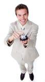 Uomo d'affari sicuro sorridente che usando un segnalatore acustico di servizio Fotografie Stock Libere da Diritti