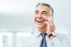 Uomo d'affari sicuro sul telefono Fotografie Stock Libere da Diritti