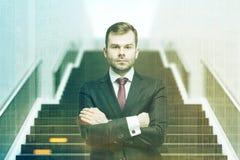 Uomo d'affari sicuro sulla parte anteriore della scala tonificata Fotografie Stock Libere da Diritti