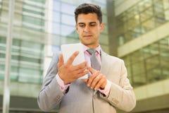 Uomo d'affari sicuro Using Cell Phone immagine stock libera da diritti