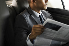 Uomo d'affari Sit Read Newspaper Inside Car Fotografia Stock Libera da Diritti