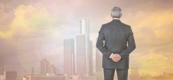 Uomo d'affari Skyline e chiarore di Sun di tramonto Immagini Stock Libere da Diritti